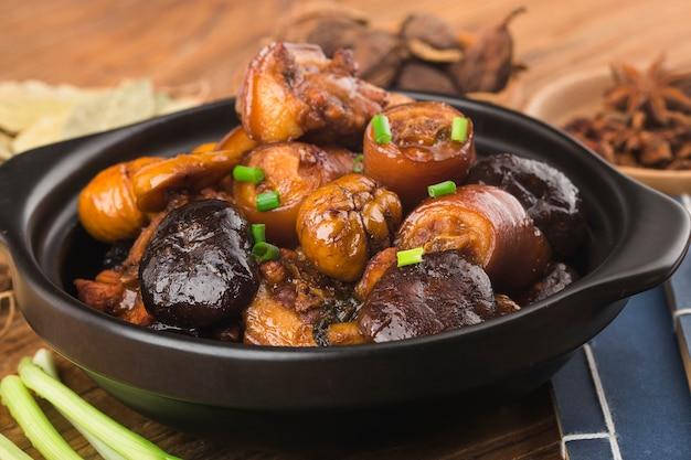 Cucina cinese brasata di castagne coda di maiale