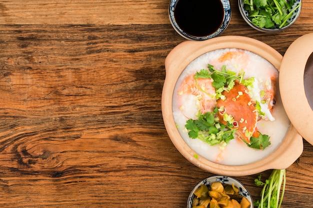 Cucina cinese. una casseruola chaoshan porridge di frutti di mare. porridge di frutti di mare
