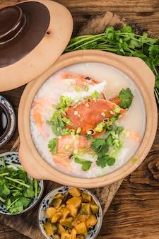 Cucina cinese: porridge di frutti di mare in casseruola. porridge di frutti di mare