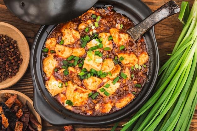 Cucina cinese: tofu e trito con salsa piccante calda