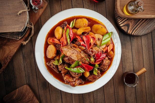 Piatto cinese dapanji con pollo in umido e patate