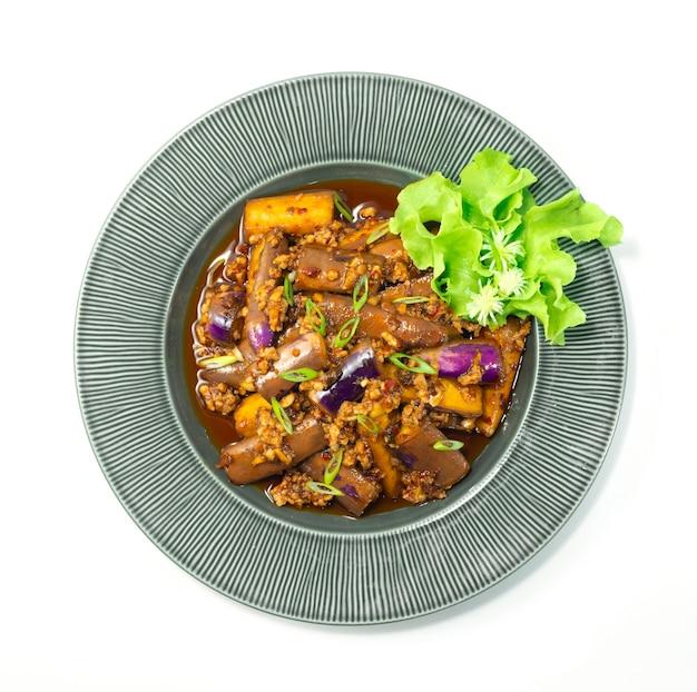 Melanzane cinesi saltate in padella con carne di maiale macinata, aglio e salsa al peperoncino in stile sichuan decorare la vista dall'alto di verdure intagliate