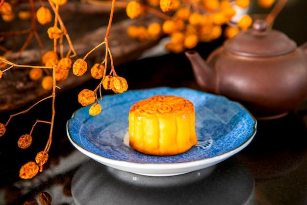 Festival cinese, la famiglia si è riunita per il mid-autumn festival, gustando i dolci della luna,