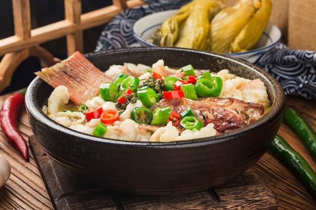 Cibo cinese: pesce bollito con cavolo marinato e peperoncino. filetti di cernia rossa