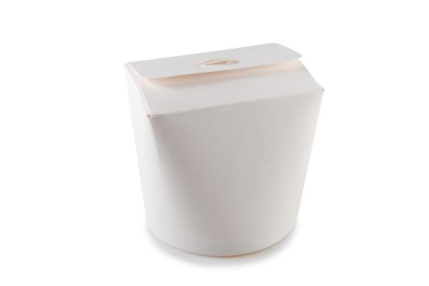 Cibo cinese in una scatola di cartone da portare via. vista laterale. isolato su bianco.