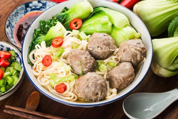 Cibo cinese: polpette servite con noodles,