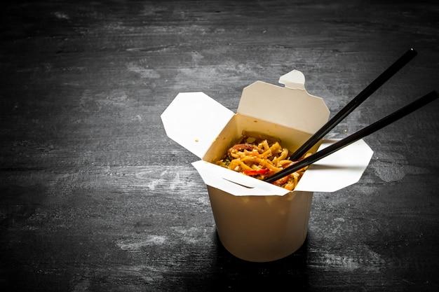 Cibo cinese. tagliatelle di grano tradizionali con verdure e frutti di mare.