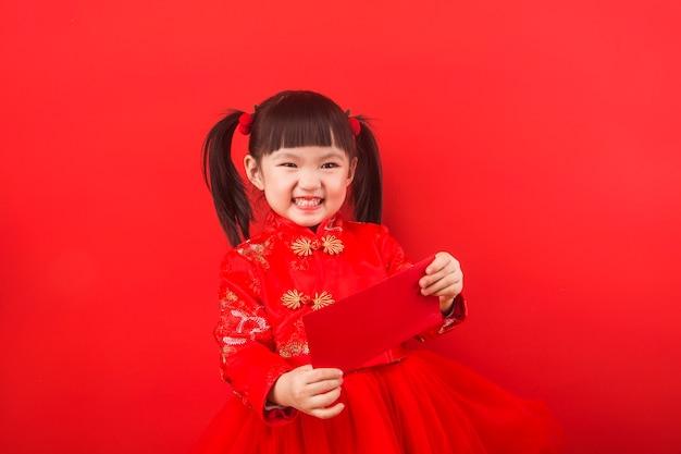 Una ragazza cinese festeggia il capodanno cinese con una busta rossa