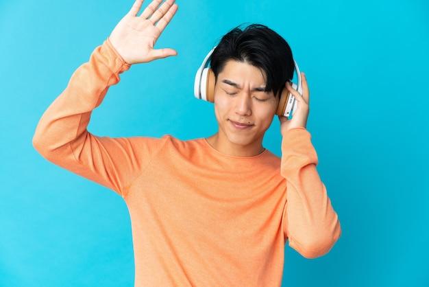 Cinese su muro isolato ascoltando musica e balli