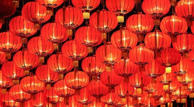 Disposizione delle lanterne cinesi sul soffitto