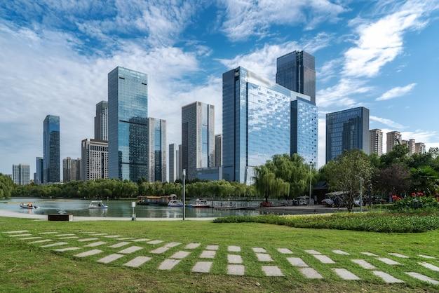 Città moderna cinese con grattacieli vicino al fiume