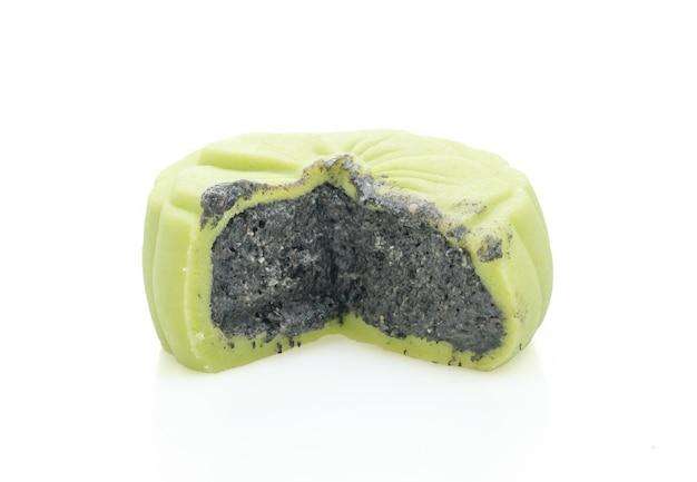 Torta di luna cinese sapore di tè verde con sesamo nero isolato su sfondo bianco