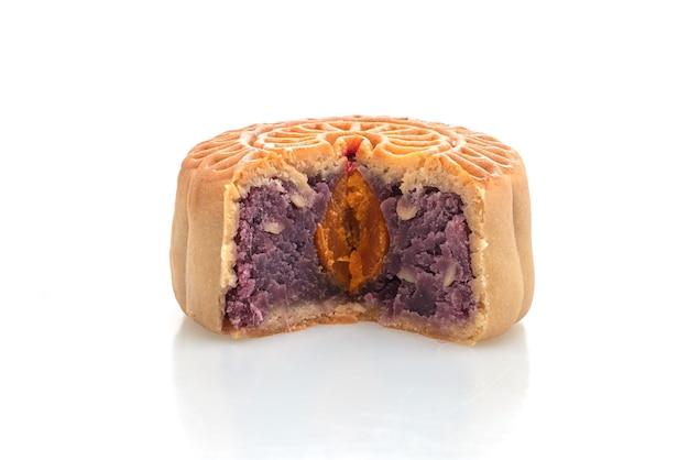 Torta di luna cinese viola patata dolce e tuorlo d'uovo sapore isolato