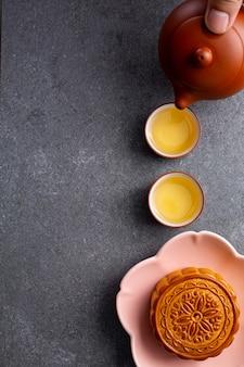 Cinese mooncake tradizionale cibo dolce per gustoso. cucina asiatica da dessert. torta fatta in casa per celebrare il festival di metà autunno stagionale.