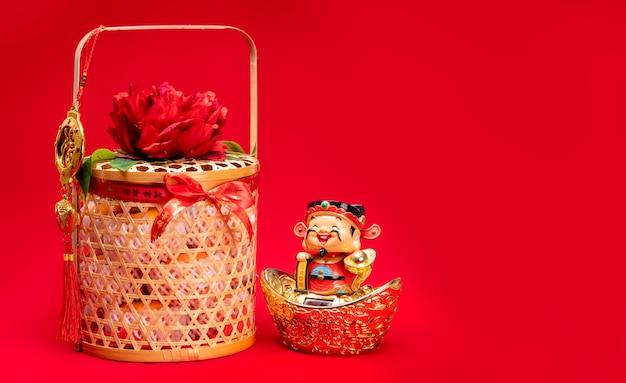 Concetto di capodanno cinese cesto di arancia con la parola cinese sul nastro significa essere felice in salute
