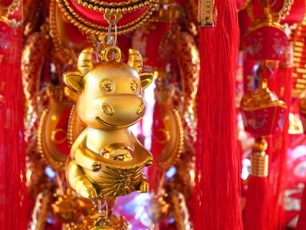 Decorazione del capodanno cinese per festeggiare l'anno del bue. ornamento dorato e rosso, elemento di arredo.