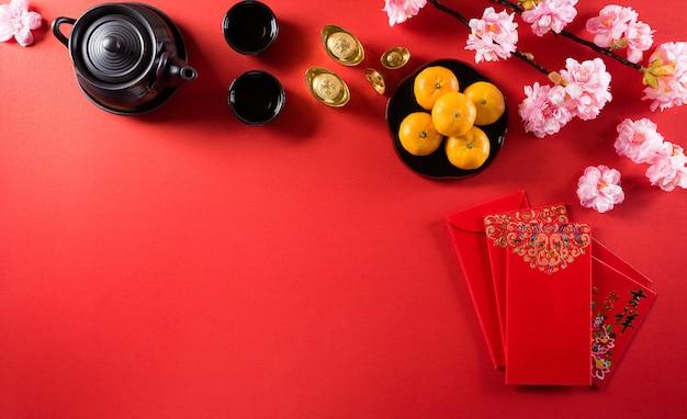 Decorazioni per la festa del capodanno cinese pow o pacchetto rosso, lingotti arancioni e oro o grumo d'oro