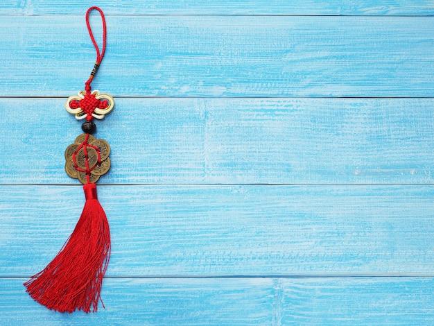 Ornamento e sfondo del nuovo anno cinese, simbolo di buona fortuna della cina sulla tavola di legno blu.