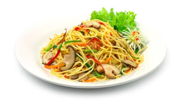 Tagliatelle cinesi saltate in padella con verdure chow mein