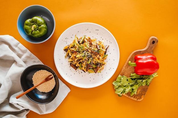 Spaghetti cinesi con il primo piano di manzo e verdure su un piatto