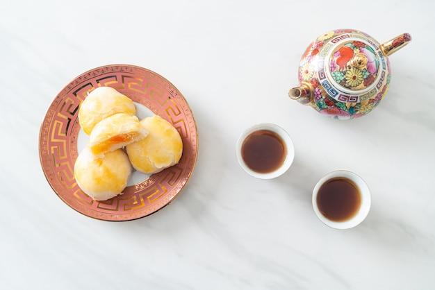 Torta di luna di pasticceria cinese con arachidi salate all'uovo o pasta per involtini primavera con noci e uova salate - stile alimentare asiatico