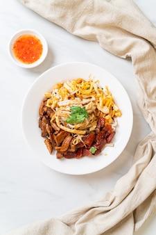 Spaghetti cinesi di pesce al vapore - stile di cibo asiatico