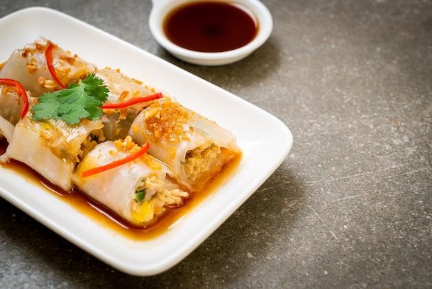 Involtini di spaghetti di riso al vapore cinesi - stile di cibo asiatico