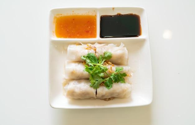 Involtini di spaghetti di riso al vapore cinesi con granchio - stile di cibo asiatico