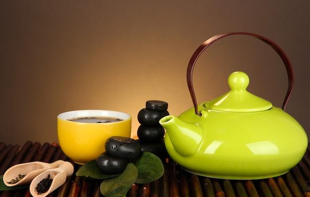 Cerimonia del tè cinese sul tavolo di bambù