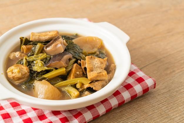 Stufato cinese di verdure con tofu o zuppa di verdure miste - stile alimentare vegano e vegetariano