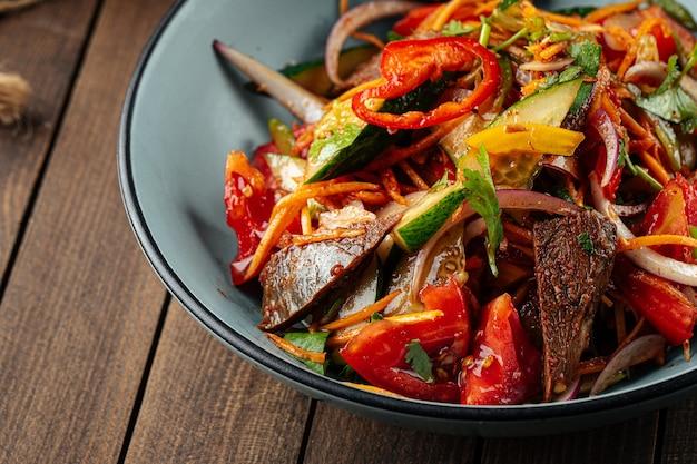 Insalata di manzo cinese calda con verdure