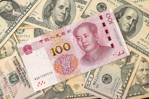 Banconota cinese del yuan sulle banconote del dollaro usa