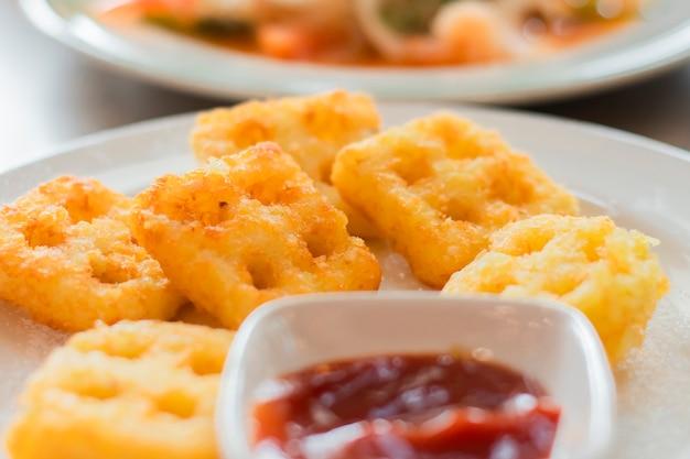 Patatine o patatine fritte in un piatto con salsa di pomodoro