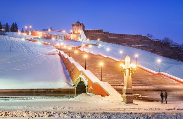 Scala chkalovskaya vicino alle mura del cremlino di nizhny novgorod nell'illuminazione serale