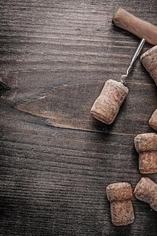 Chmapagne corck e corckscrew su tavola di legno.