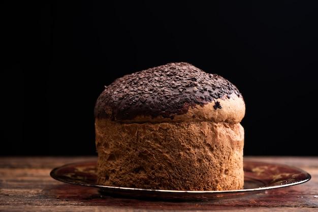 Panettone al cioccolato su tavola rustica Foto Premium