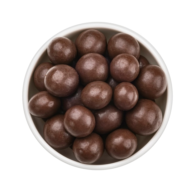 Palline di cioccolato in ciotola isolato su sfondo bianco
