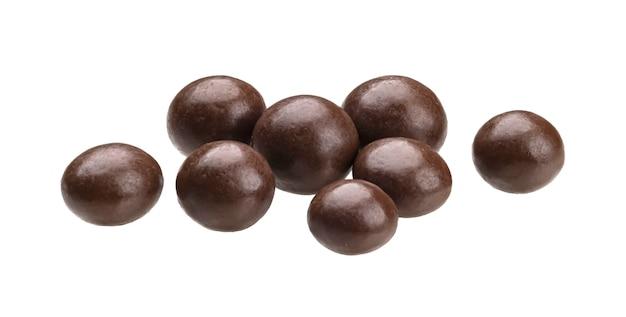Palline di cioccolato isolate su sfondo bianco con tracciato di ritaglio