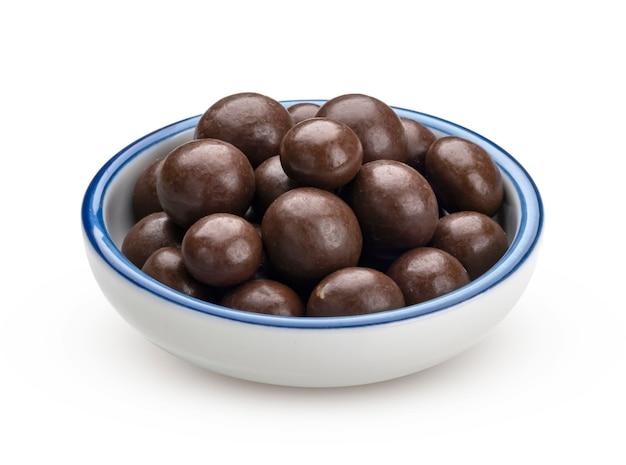 Palline di cioccolato isolate su sfondo bianco