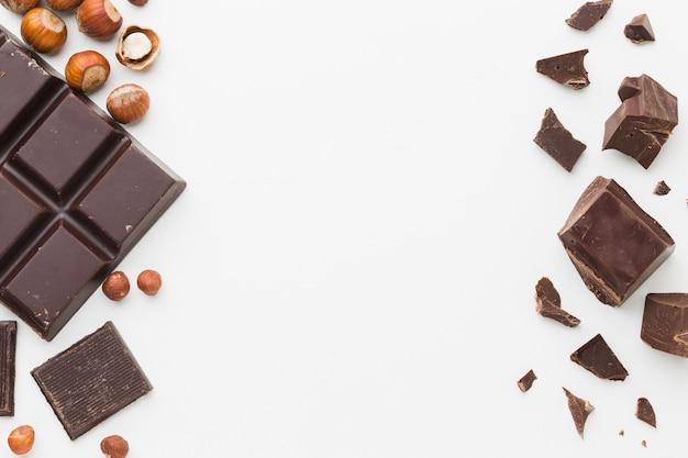 Barra di cioccolato e pezzi copia spazio