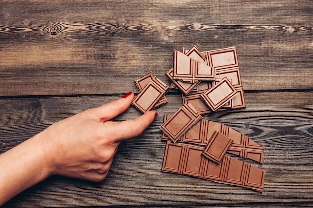 Barretta di cioccolato su un tavolo