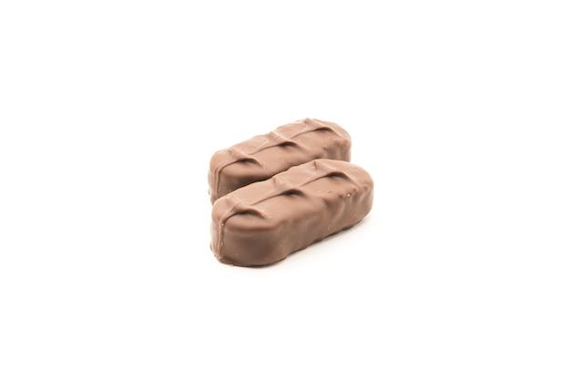 Barretta di cioccolato con ripieno di cocco isolato su sfondo bianco