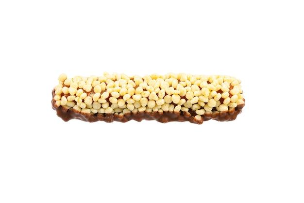 Barretta di cioccolato con noci isolate su superficie bianca