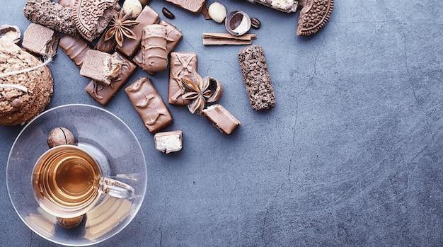 Barrette di cioccolato su sfondo nero in controluce cioccolato con ripieno