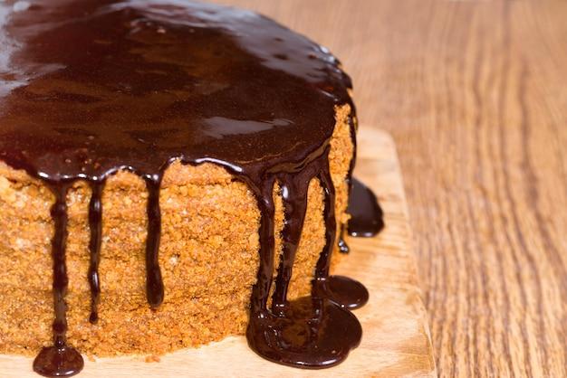 Torta di compleanno al cioccolato isolata su sfondo bianco