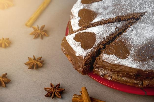 Torta biscotti al cioccolato con crema di cacao con cuoricini di zucchero a velo. dolce. concetto di san valentino.