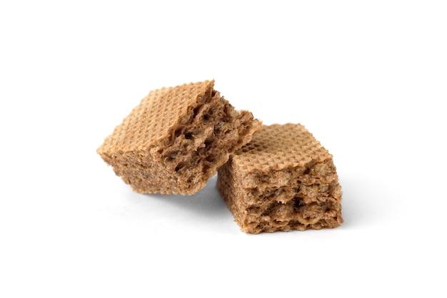 Biscotti al cioccolato ripieni di cioccolato cremoso isolati su sfondo bianco.