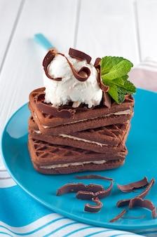 Biscotti al cioccolato ricoperti di pallina di gelato alla vaniglia