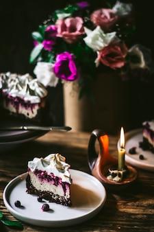Cheesecake al cioccolato e mirtilli una parte del pezzo di cheesecake a fuoco