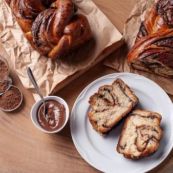 Pane al cioccolato farcito con crema alla nocciola